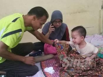 Nur Hana menangis menahan kesakitan manakala Abdul Rahim dan Zainab melihat keadaan kaki Nur Hana.