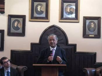 Perdana Menteri, Tun Dr Mahathir Mohamad ketika menyampaikan syarahannya di dewan Cambridge Union Society di sini. - FOTO BERNAMA