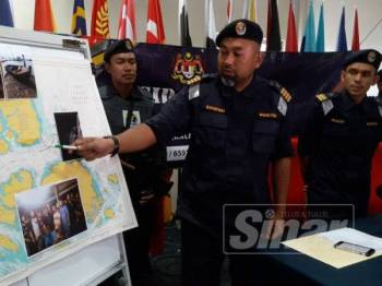 Sanifah (kiri) menunjukan lokasi tangkapan dipercayai melibatkan warga Indonesia yang mencuri barangan milik sebuah kapal dagang di Perairan Johor Timur, pagi semalam.