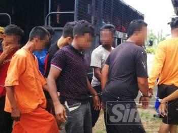 Lima lelaki ditahan bagi membantu siasatan kes rusuhan di Flat Paya Nahu petang semalam.