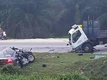 Keadaan kereta dan lori yang terlibat kemalangan di hadapan sekolah, pagi tadi. - FOTO IHSAN BOMBA