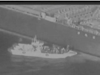 Suntingan video yang dikeluarkan tentera Amerika Syarikat (AS) merakamkan sebuah bot dipercayai milik Iran menghampiri sebuah kapal tangki di Teluk Oman, baru-baru ini.