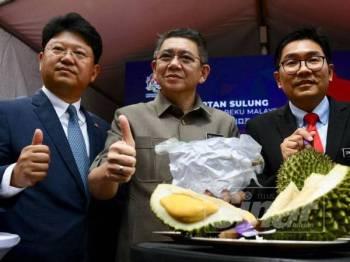 Salahuddin (tengah) dan Bai Tian (kiri) bergambar bersama buah durian pada majlis perasmian Pengeksportan Sulung Buah Durian Sejuk Beku Malaysia ke China di Wisma Tani, Putrajaya. -Foto Sinar Harian Zahid Izzani