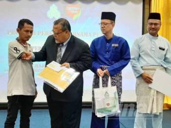 Exco Pendidikan, Sumber Manusia, Sains dan Teknologi negeri, Aminolhuda Hassan berkata, menyampaikan bantuan skim kepada pencarum.