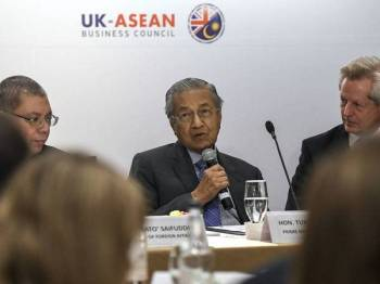 Perdana Menteri Tun Dr Mahathir Mohamad menyampaikan ucapannya semasa mesyuarat meja bulat dengan komuniti perniagaan Britain di London hari ini. - Foto Bernama