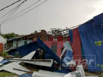 Rumah yang terjejas dalam kejadian ribut  di Temerloh hari ini.
