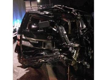Antara kenderaan yang terbabit dalam kemalangan membabitkan 14 kenderaan lewat malam tadi. - Foto FB Malaysian Response Team II