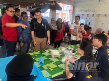 Mohd Khuzzan (kiri) ketika hadir Program Jom Jumpa Pakar dianjurkan PDJ di Sekolah Kebangsaan (SK) LKTP Tenggaroh 5 kelmarin.