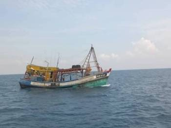 Bot nelayan asing menyamar sebagai bot tempatan yang ditahan ketika mencuri hasil laut dalam perairan negara.
