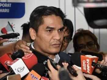 Timbalan Menteri Hal Ehwal Ekonomi Dr Mohd Radzi Md Jidin menjawab pertanyaan media pada Majlis Sambutan Hari Raya Risda 2019 di Ibu Pejabat Risda hari ini. - Foto Bernama