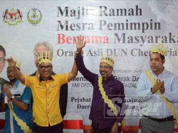 Waytha Moorthy (dua dari kanan) bersama Ahmad Faizal pada Majlis Ramah Mesra Pemimpin bersama Masyarakat Orang Asli DUN Chenderiang, hari ini.