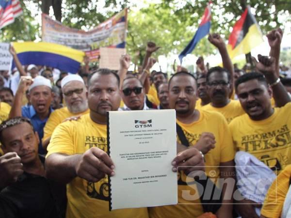 Warga teksi seluruh negara berkumpul pada himpunan Reformasi Teksi 2.0 di hadapan di Pejabat Perdana Menteri, Putrajaya untuk menghantar memorandum kepada Pejabat Perdana Menteri di sini hari ini. FOTO ZAHID IZZANI