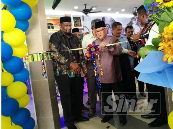 Datuk Mohd Yusof semasa merasmikan pembukaan Restoran Nasi Kandar Liga Maju di sini.