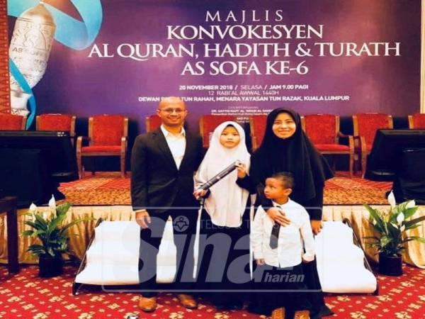 MOHD AZIZUL (kiri) dan Zanariah (kanan) memasang impian semoga Ariana (tengah) berjaya menghafal 30 juzuk al-Quran.