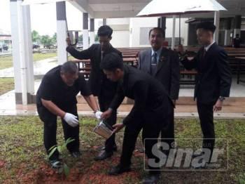 Aminolhuda (tiga dari kiri) melakukan gimik menanam pokok ketika merasmikan pelancaran operasi SMK Pengerang Utama semalam.