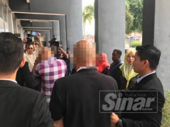 Penolong Jurutera JPS (berbaju kotak) dan kontraktor (dua dari kanan) tiba di Mahkamah Majistret Ipoh hari ini untuk direman bagi membolehkan siasatan dijalankan dibawah Akta SPRM 2009.