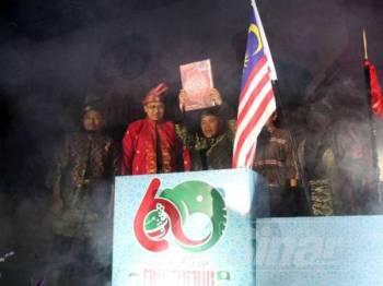 Timbalan Presiden Pas, Datuk Tuan Ibrahim Tuan membuat gimik perasmian sewaktu Muktamar Tahunan Dewan Pemuda Pas Kali Ke-60 bermula hari ini di Bukit Gambang. - FOTO ASRIL ASWANDI SHUKOR.