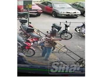 Rakaman kamera litar tertutup (CCTV) menunjukkan suspek memegang senjata tajam bagi menikam mangsa berkenaan