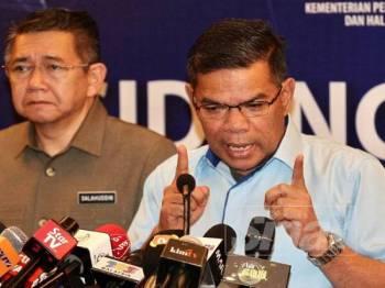 Salahuddin (kiri) dan Saifuddin Nasution (kanan) memberi kenyataan media berhubung statistik penguatkuasaan sempena pelaksanaan Skim Harga Maksimum musim perayaan di KPDNHEP Putrajaya.-  FOTO ZAHID IZZANI