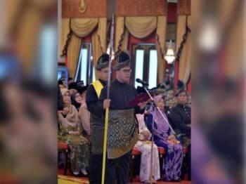 Amirudin mengangkat sumpah sebagai Menteri Besar Selangor ke 16 pada 19 Jun tahun lalu bagi menggantikan Mohamed Azmin. - Foto Facebook Amirudin Shari