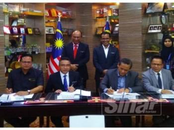 Aminuddin (dua,kanan) dan Adly (tiga,kanan) ketika menandatangani dokumen perjanjian dan diperhatikan Setiausaha Kerajaan Negeri, Datuk Hasim Hassan.