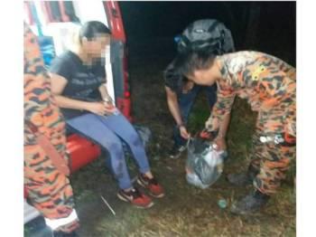 Mangsa menerima rawatan awal sebaik tiba di bawah selepas lebih enam jam terperangkap dalam hutan malam tadi. Foto: Instagram Bomba Selayang1