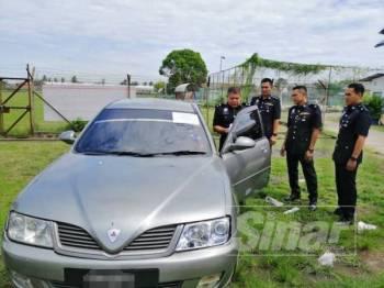 Proton waja yang dinaiki suspek disita apabila terlibat kes ragut di Wakaf Bharu.