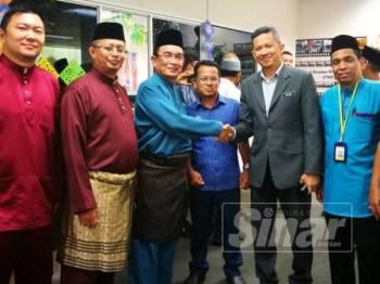 Shaharom Nizam (tiga dari kiri) bersalaman dengan Pengarah Jabatan Pengangkutan Jalan Kedah, Ismasuhaimi Shariff (tiga dari kanan) yang hadir pada majlis Aidilfitri SPRM Kedah.