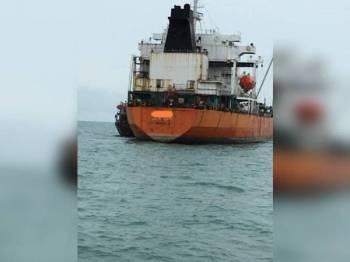 Kapal tangki berkenaan yang berlabuh tanpa kebenaran di perairan Johor Timur berjaya ditahan Maritim Malaysia, Zon Maritim Tanjung Sedili jam 3.30 petang semalam.