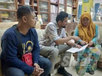 Ady Ermanty menyerahkan borang Bantuan Amanah Mangsa Serangan Binatang Buas JKM kepada Nik Fazilah (kanan) di HRPZ II hari ini.