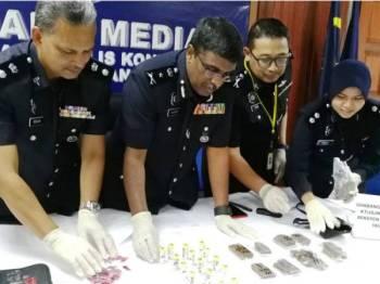 Allaudeen (dua dari kiri) menunjukkan sebahagian daripada dadah yang berjaya dirampas.