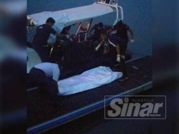 Anggota APMM membawa mayat lelaki ke Jeti Maritim Bukit Malut semalam.