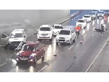Paparan skin menunjukkan penunggang motosikal yang sedang berteduh di rempuh oleh kenderaan MPV terbabit.
