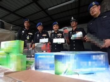 ROMPIN - Polis menumpaskan sindiket penyeludupan rokok dipercayai terbesar di Malaysia untuk tahun ini, melibatkan rampasan 279,000 karton rokok bernilai RM4.868 juta pada serbuan di Leban Chondong di sini hari ini.- Bernama