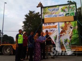 Muhammad Shahrul Hafidz, Zanariah dan beberapa kakitangan Zoo Melaka tidak melepaskan peluang bergambar bersama Mercy sebelum perjalanan bermula di sini malam tadi.
