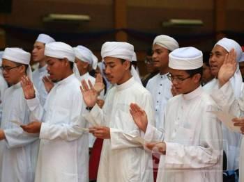 Pelajar baharu bagi dua program pengajian itu melafaz ikrar pada majlia tersebut di Dewan Muktamar Darul Quran JAKIM