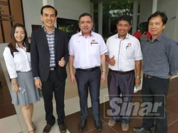 Chong Sin (dua dari kiri) bersama Anthony Loke (tengah) di UTHM.