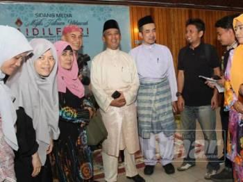 Nik Mohd Azlan (lima dari kiri) dan Murtadha (lima dari kanan) bermesra dengan pengamal media Kelantan di Majlis Jalinan Ukhuwah Aidilfitri Bersama MAIK di Dewan Besar, Kompleks Islam Lundang hari ini.