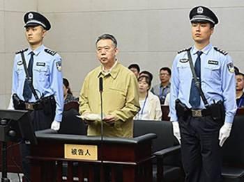 Hongwei (tengah) mengaku menerima rasuah.