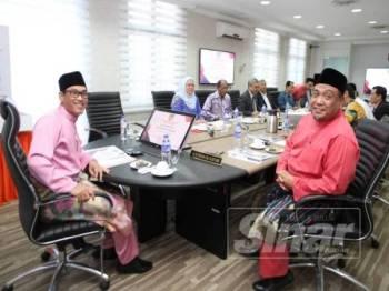 Ahmad Faizal (kiri) bersama Ketua Pegawai Eksekutif (CEO) PPPNP, Yahanis Yahaya pada mesyuarat khas hari ini.