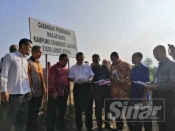 Mohammad Nizar (empat dari kiri) bersama kakitangan jabatan dan agensi kerajaan melihat pelan tapak masjid baharu Kampung Changkat Larang.