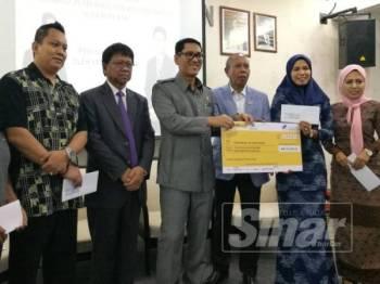 Ahmad Faizal (tiga dari kanan) bersama sebahagian usahawan yang menerima pinjaman.