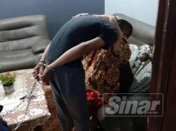 Ibu suspek memeluk sebelum lelaki berkenaan ditahan.