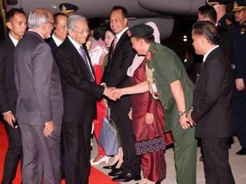 Perdana Menteri Tun Dr Mahathir Mohamad tiba di sini hari ini untuk lawatan kerja selama empat hari ke Thailand, di mana beliau akan bergabung dengan sembilan ketua kerajaan lain untuk Sidang Kemuncak Asean ke-34. Foto: Bernama