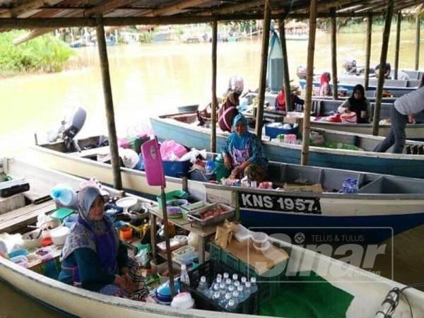 Penduduk negeri ini bakal menikmati suasana seperti berada di pasar terapung yang boleh didapati di Kampung Pulau Suri di Kelantan ini.