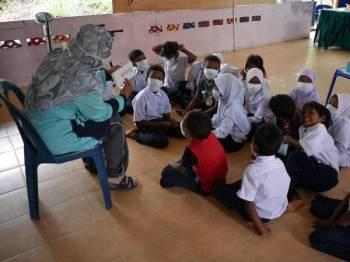 Murid SK Sungai Berua terdiri daripada Orang Asli suku Semaq Beri mengikuti kelas pembelajaran secara berkumpulan ketika tinjauan di Kampung Sungai Berua, semalam. - Foto Bernama
