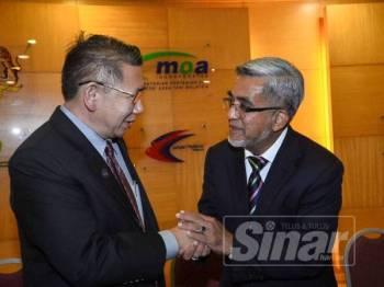 Salahuddin bercakap pada media di sidang media pada Majlis Penyerahan Watikah Perlantikan Pengerusi Lembaga Perindustrian Nanas Malaysia (LPNM) di Kementerian Pertanian dan Industri Asas Tani di sini semalam. Turut hadir ialah Timbalan Menteri MOA, Sim Tze Tzin (kiri) dan Pengerusi Lembaga Perindustrian Nanas Malaysia (LPNM) yang baharu, Datuk Abdul Malik Abul Kassim. - FOTO SHARIFUDIN ABDUL RAHIM