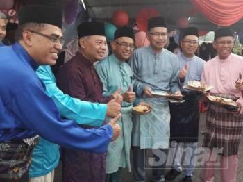 Wahid (empat dari kiri) bersama makanan yang diambil menggunakan bekas makanan mesra alam.