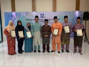 Muhammad Razif (empat dari kiri) bergambar bersama pengetua sekolah-sekolah yang dipilih sebagai keluarga angkat LPJ pada majlis berkenaan semalam.