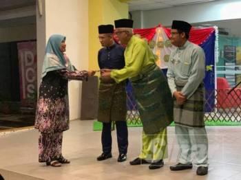 Mahfuz menyampaikan sumbangan kepada wakil rumah kebajikan terpilih pada Majlis Sentuhan Kasih Aidilfitri 2019 di Kolej Islam Antarabangsa, Taman Batu Muda, Gombak  semalam.